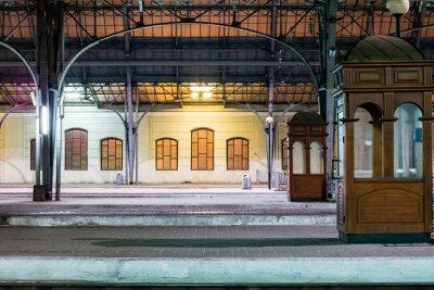 Quadro passeggero piattaforma di notte sulla stazione ferroviaria. Stazione ferroviaria di notte.