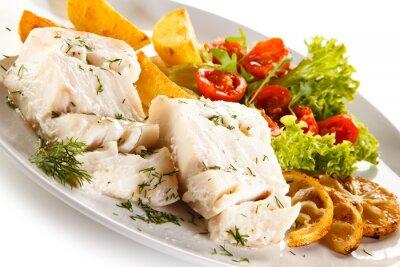Quadro Piatto di pesci - filetto di pesce bollito, patate e verdure al forno