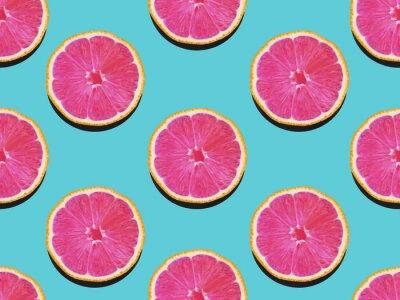 Quadro Pompelmo in piatto lay Fruttato modello di pompelmo con carne rosa su uno sfondo turchese Vista dall'alto Moderna foto piatta laici in stile pop art