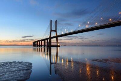 Quadro Ponte Vasco da Gama ao anoitecer com iluminação.
