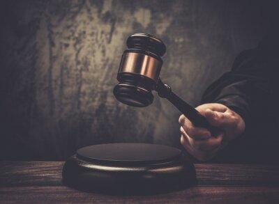 Quadro Presa martello del giudice su tavola di legno