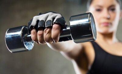 Quadro Primo piano di donna sportiva con manubri in acciaio
