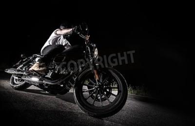 Quadro Primo piano di una moto ad alta potenza di notte, chopper.