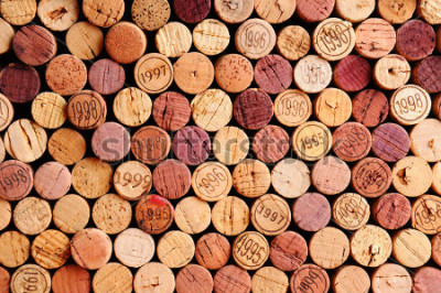 Quadro Primo piano di una parete di tapi per vino usati. Una selezione casuale di tappi per vino usati, alcuni con annata vintage. Formato orizzontale che riempie la cornice.