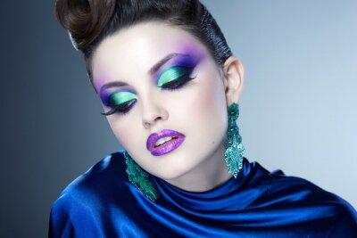 Quadro professionale blu e il make-up e acconciatura sul bel volto di donna