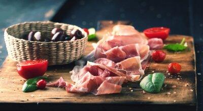 Quadro Prosciutto con pane su una tavola di legno con le olive