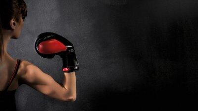 Quadro Pugile della donna con il bicipite Guanto rosso boxe su sfondo nero, alto contrasto con filtro grunge saturo