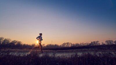 Quadro ragazza atletica si allena ALL'APERTO su terra di sera