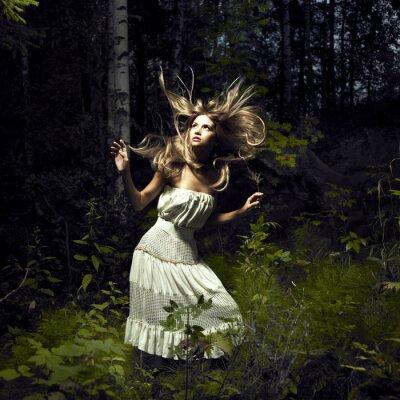 Quadro Ragazza in foresta leggiadramente