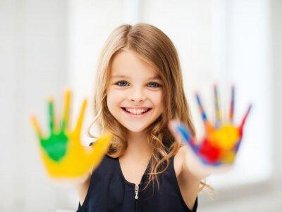 Quadro ragazza sorridente mostrando le mani dipinte