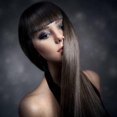 Quadro Ritratto di una bella donna bruna con lunghi capelli lisci
