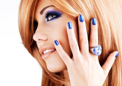 Quadro ritratto di una bella donna con le unghie blu, il trucco blu