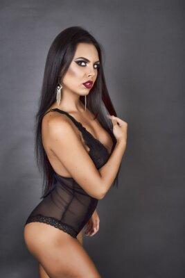 Quadro Ritratto di una donna bruna sensuale posa in sexy Linger nero