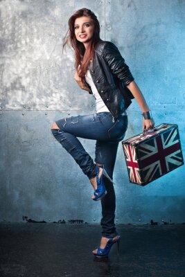 Quadro Roccia giovane donna con la valigia con bandiera britannica