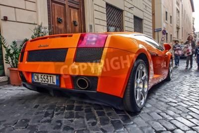 Quadro Roma, 23 ottobre 2010: Un Lamborgini è parcheggiato su una strada di ciottoli.