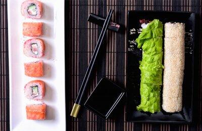 Quadro Rulli di sushi su un piatto