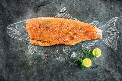 Quadro salmone crudo di pesce bistecca con ingredienti come limone, pepe, sale marino e aneto sul bordo nero, immagine tracciato con il gesso di salmoni con bistecca