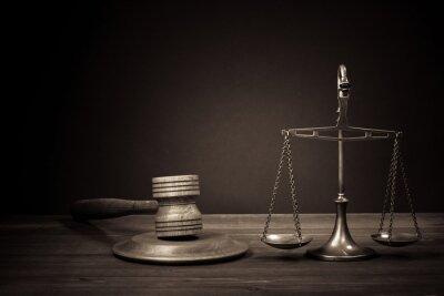 Quadro Scale di Legge, giudice martelletto sul tavolo. Simbolo della giustizia