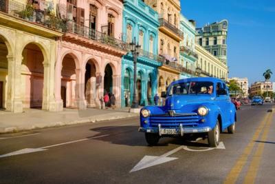 Quadro Scena di strada con la vecchia auto e edifici colorati a L'Avana vecchia