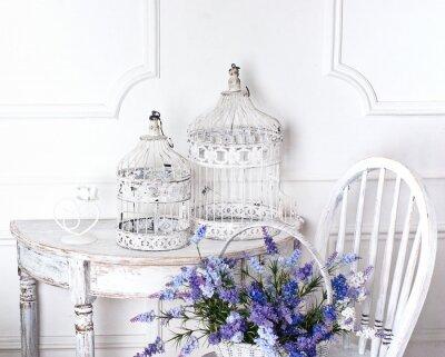 Quadro sedia d'epoca e tavolo con fiore nella parte anteriore e gabbie