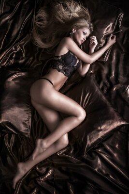 Quadro Sensuale donna bionda posa in lingerie.