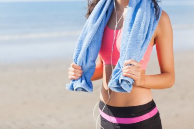 Quadro Sezione centrale di donna sana con un asciugamano intorno al collo sulla spiaggia
