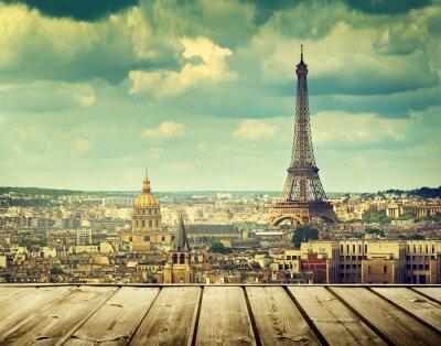 Quadro sfondo con tavolo terrazza in legno e la Torre Eiffel a Parigi