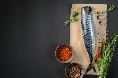 Quadro sgombro pesce fresco su sfondo scuro dall'alto. Pesce con erbe aromatiche e spezie - cibo sano, dieta o concetto di cucina
