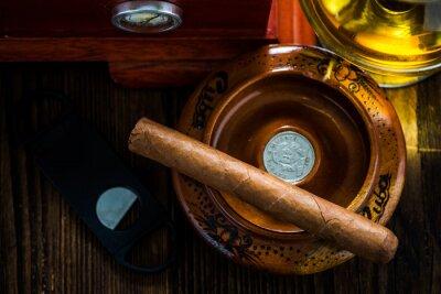 Quadro Sigaro cubano in portacenere con un bicchiere di cognac ad humidor