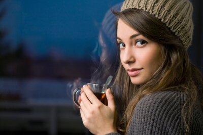 Quadro Splendida giovane bruna azienda di tè.