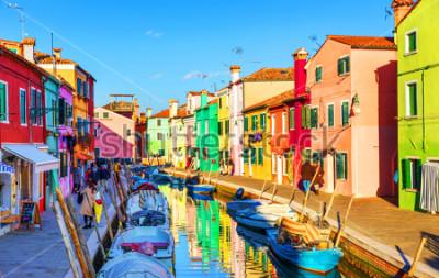 Quadro Splendida vista sui canali di Burano con barche e splendidi edifici colorati. Il villaggio di Burano è famoso per le sue case colorate. Venezia, Italia.