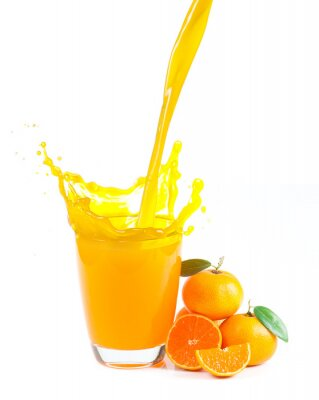 Quadro spruzzi di succo d'arancia con arance su sfondo bianco