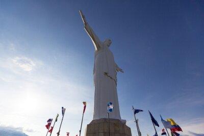 Quadro statua del Cristo del Rey di Cali con bandiere del mondo e cielo blu, Col