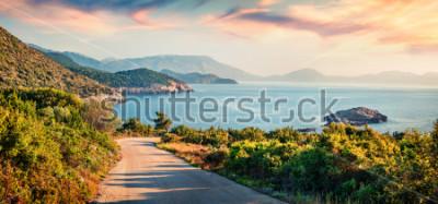 Quadro Strada per la spiaggia di Ierussalim. Vista sul mare pittoresco mattina del Mar Ionio. Impressionante alba dell'isola di Cefalonia, in Grecia, in Europa. Sfondo del concetto di viaggio.
