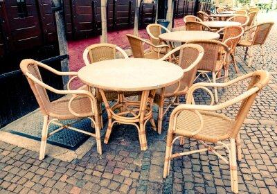 Quadro Street View di una terrazza caffè con tavoli e sedie