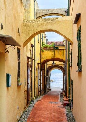 Quadro Stretta strada che porta al Mar Mediterraneo nella città vecchia Varig