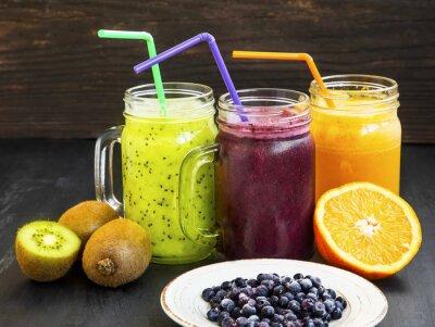 Quadro succhi di frutta bevande sane con kiwi, mirtilli e arancia
