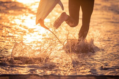 Quadro Surfer in esecuzione in acqua con la sua tavola