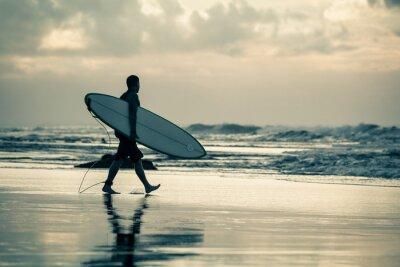 Quadro surfer silhouette durante il tramonto