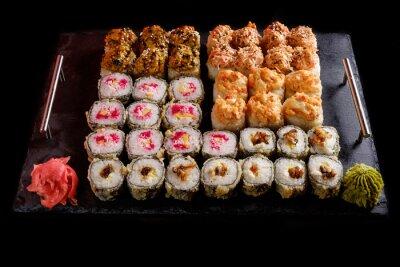 Quadro sushi su uno sfondo nero