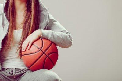 Quadro teen girl sportiva nel basket cappuccio azienda.