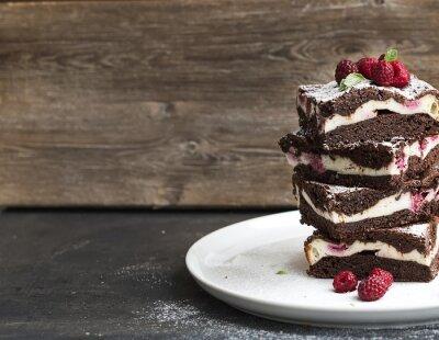 Quadro Torre Brownies-cheesecake con lamponi sul piatto bianco