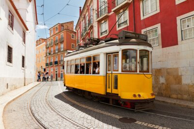 Quadro tram su strada stretta di Alfama, Lisbona