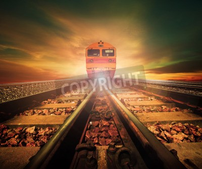 Quadro treni sulla giunzione della ferrovia traccia nella stazione dei treni agains bella luce del sole imposta l'uso del cielo per il trasporto terrestre e l'industria logistica sfondo, sfondo, copia tema d