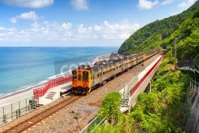 Quadro Treno che si avvicina alla stazione di Duoliang a Taitung, Taiwan