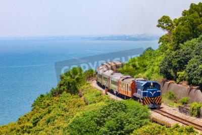 Quadro Treno sulla ferrovia vicino alla stazione di Fangshan in pingtung, taiwan