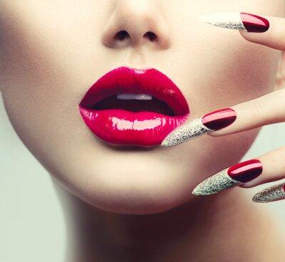 Quadro Trucco e manicure. Red unghie lunghe e rosse labbra lucide