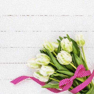 Quadro Tulipani bianco decorato con il nastro rosso sulla tovaglia bianca. Copia spazio, vista dall'alto
