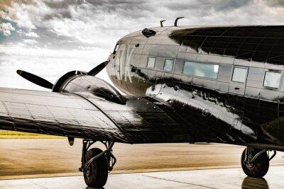Quadro Un aereo della Seconda Guerra Mondiale guarda fuori dal suo cameriere appendiabiti per il tempo per chiarire