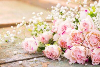 Quadro Un bel mazzo di rose su legno rustico